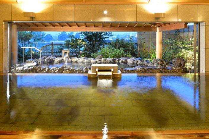 階 露天・大浴場 山並みの湯屋